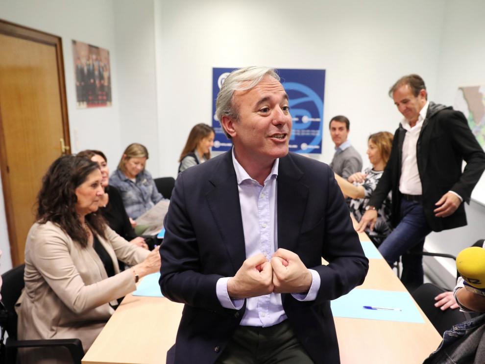 Jorge Azcón atiende a los medios antes de la primera reunión de trabajo tras las elecciones.