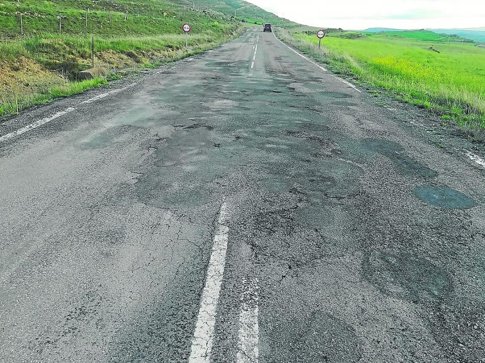 La carretera entre Aliaga y Camarillas –en la foto–, con el firme parcheado y la señalización borrada.