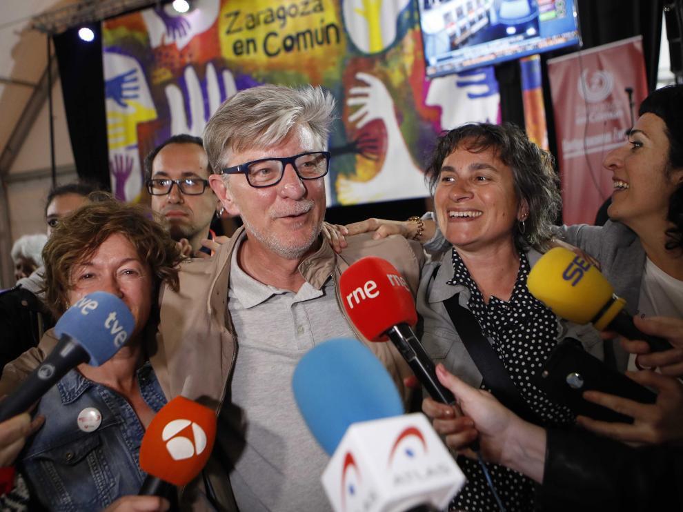 El alcalde de Zaragoza, Pedro Santisteve, junto a Luisa Broto en la noche electoral.