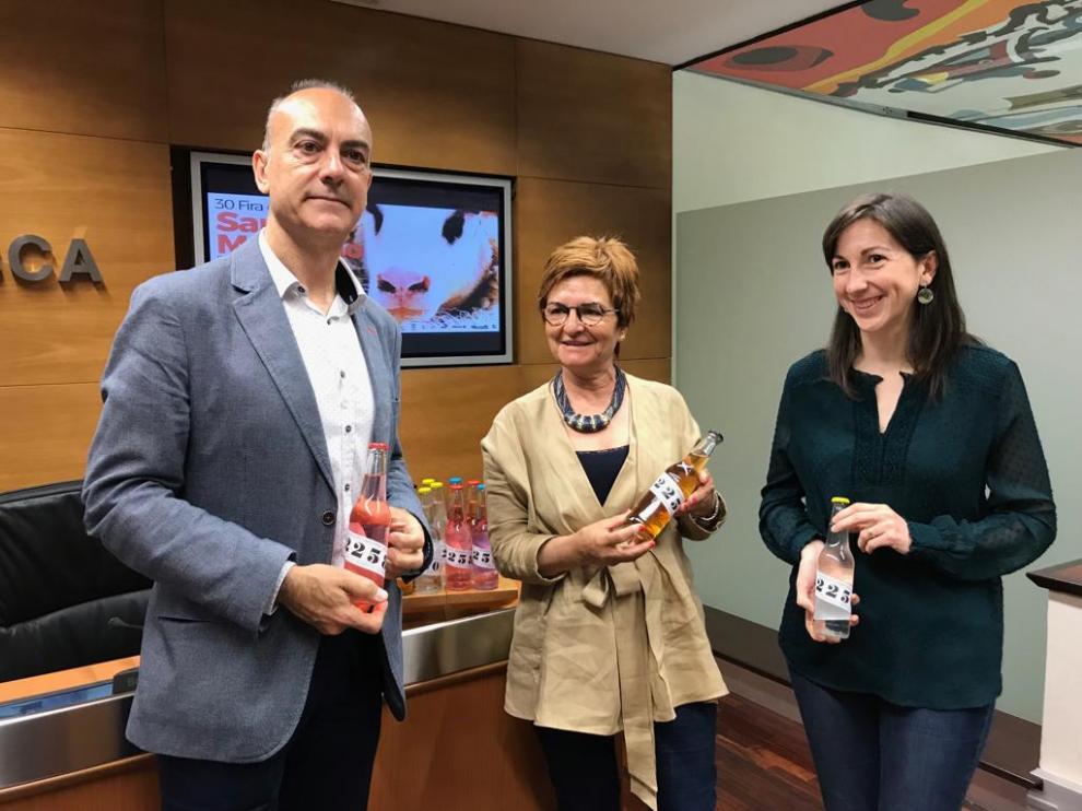 Alfredo Sancho, Maribel de Pablo y Mª José Sánchez, con las nuevas gaseosas 'made in' Benabarre.