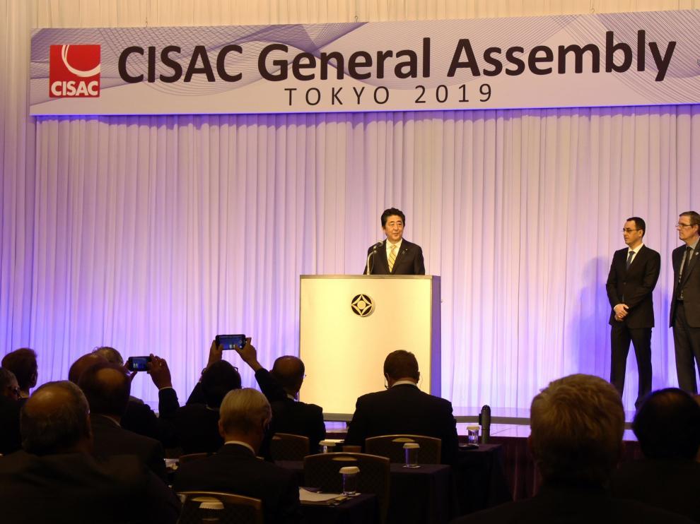 El primer ministro japonés pronuncia unas palabras en la apertura de la Asamblea General de la CISAC.
