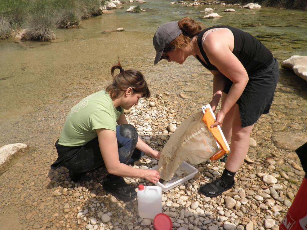 Las investigadoras Luisa Pérez y Rocío López Flores, recogiendo muestras en la Peonera.