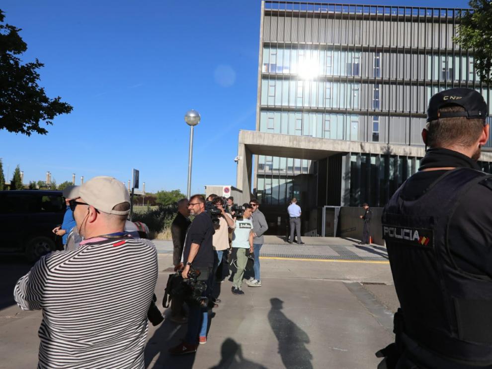 Los medios de comunicación esperando en el garaje del Palacio de Justicia de Huesca la llegada del furgón con los detenidos en la operación Oikos