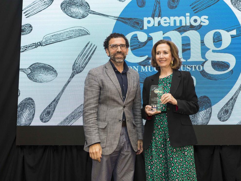 Lourdes Plana recibe el premio de manos de E. Torguet, director de Márquetin de Ambar.