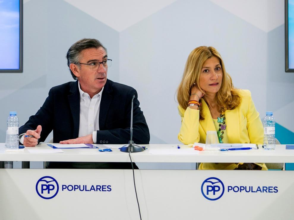 El presidente del PP en Aragón, Luis María Beamonte, y la secretaria general del partido, Mar Vaquero.