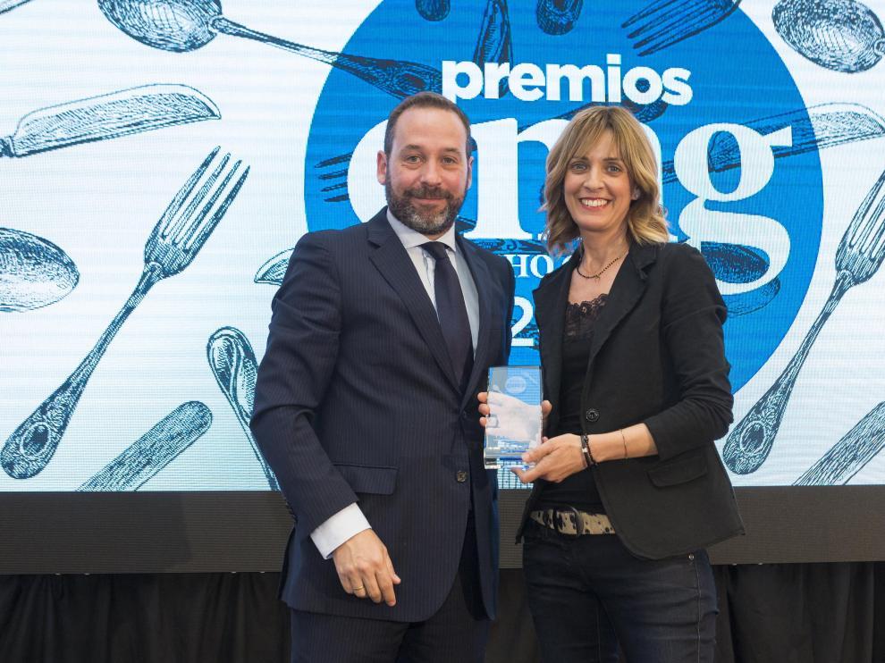 Pili Gari recibe el premio de manos de Ignacio Pastor, director de Bodegas San Valero.