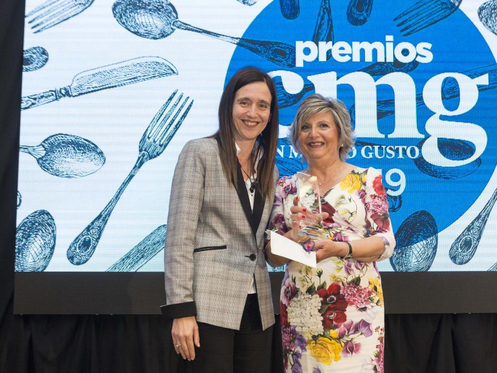 Argúas recibe el premio de manos de Susana Betrán, gerente de Grancasa.