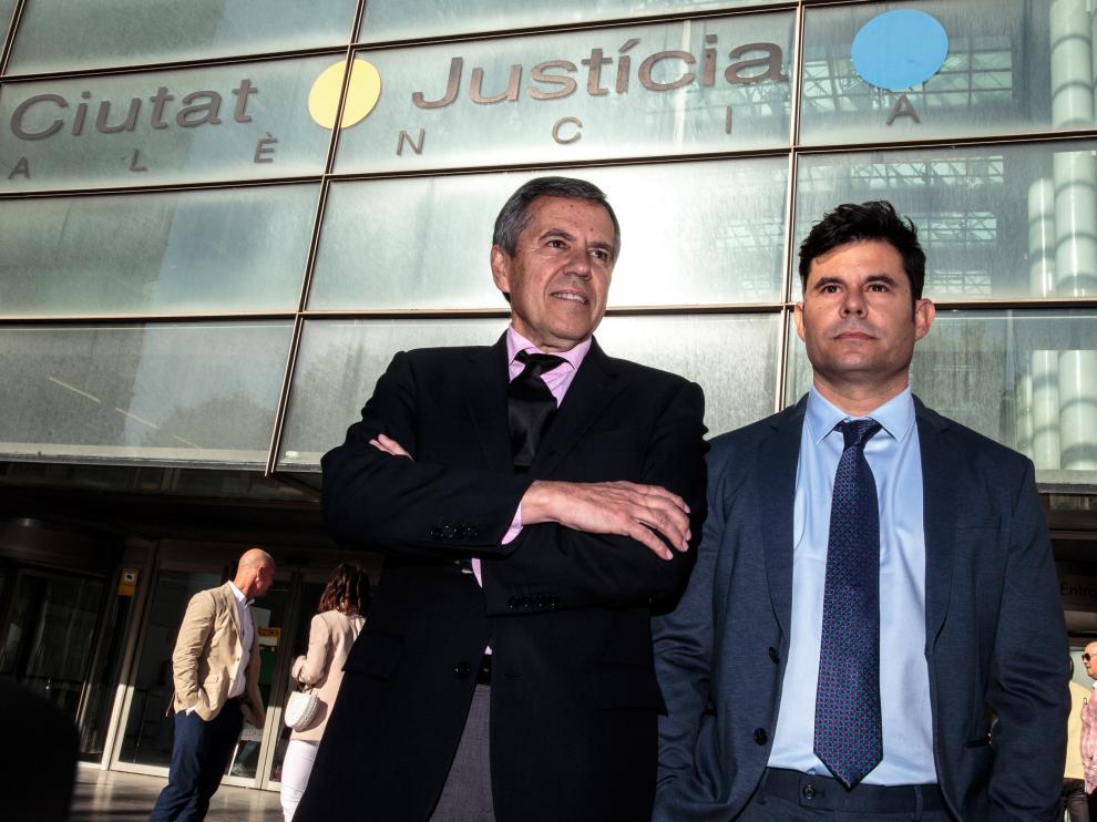 Javier Sánchez-Santos (a la derecha) a su llegada a la Ciudad de Justicia de Valencia.