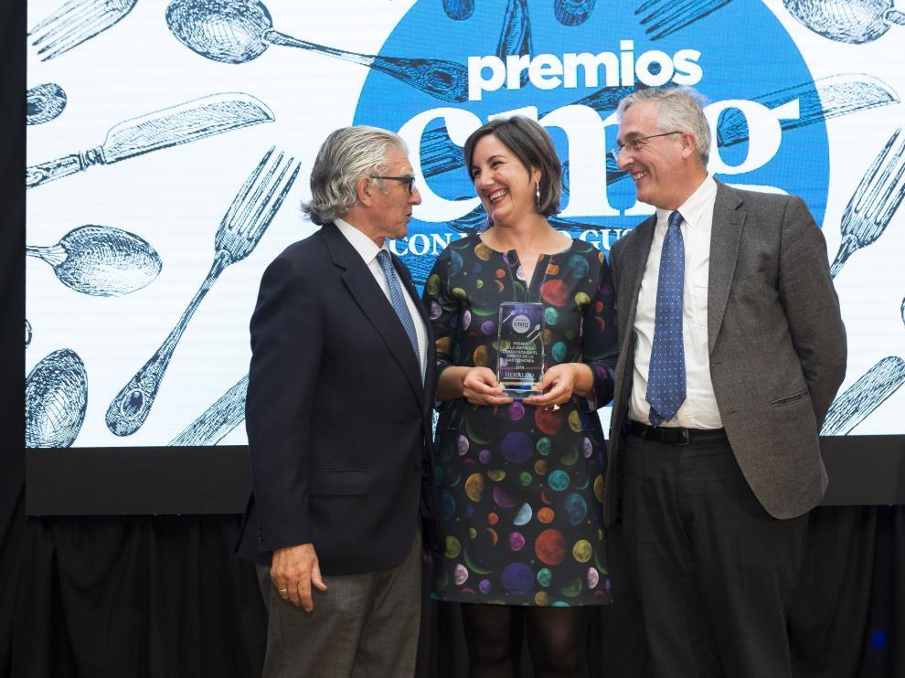 Ruth Lázaro Torres recibe el premio de manos de Fernando de Yarza y Joaquín Olona.