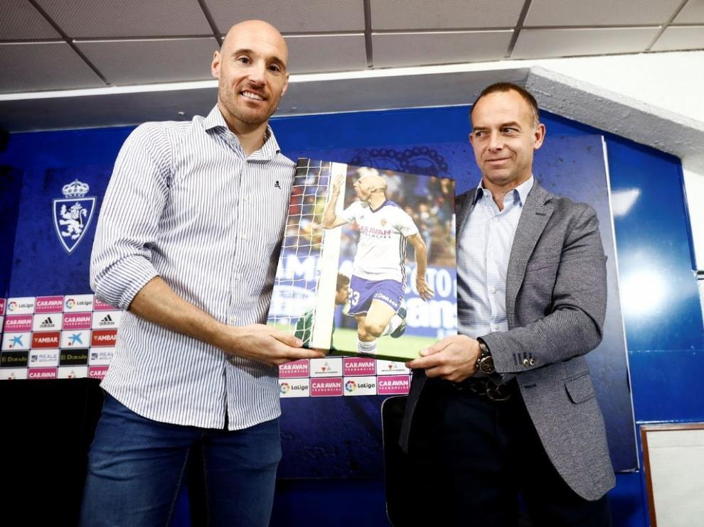 Toquero y el presidente del Real Zaragoza, Christian Lapetra, que le entregó un cuadro-fotografía de recuerdo, con la celebración de uno de los goles que anotó el delantero vasco el año pasado, el único que ha podido jugar como zaragocista.