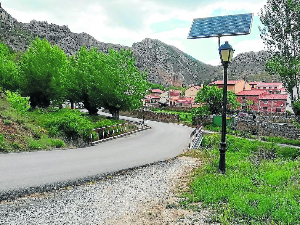 Una de las muchas farolas de Aliaga que se alimentan de energía solar mediante paneles.
