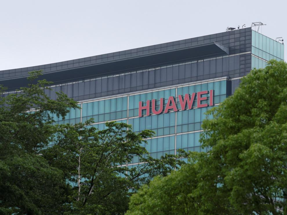 A Huawei logo is seen on the side of a building at the headquarters in Shenzhen, Guangdong province, China May 30, 2019. Picture taken May 30, 2019. REUTERS/Jason Lee [[[REUTERS VOCENTO]]] HUAWEI TECH-USA/