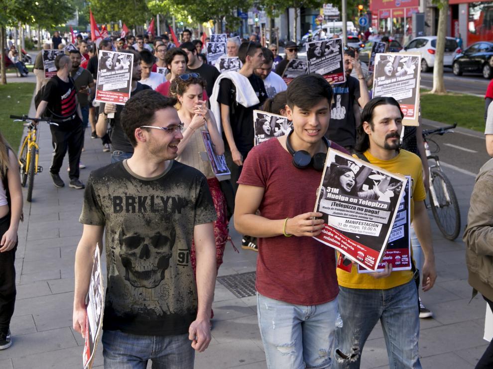 Repartidores de Telepizza han protagonizado esta tarde una protesta en la plaza de San Francisco para exigir que se les aplique la subida del Salario Mínimo que establece la ley