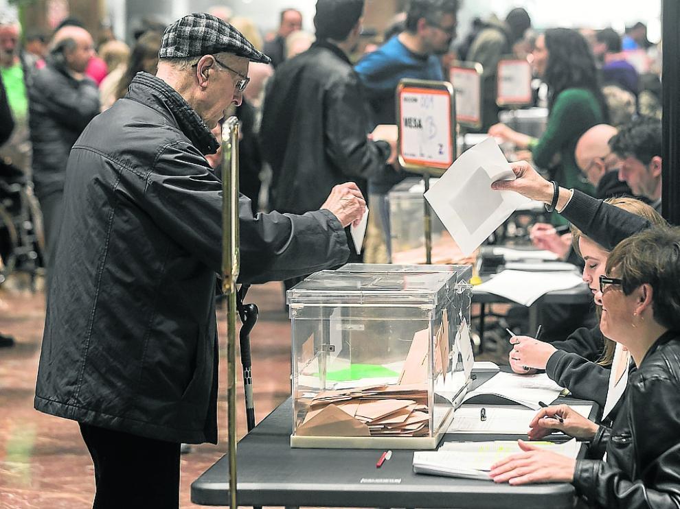 Imagen de la votación del pasado domingo en el Ayuntamiento de Zaragoza.