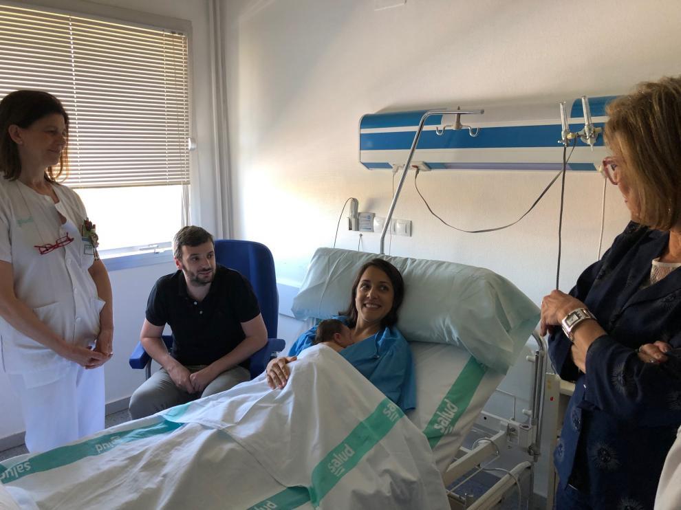 Una recién ampliada familia en el Hospital de Barbastro.