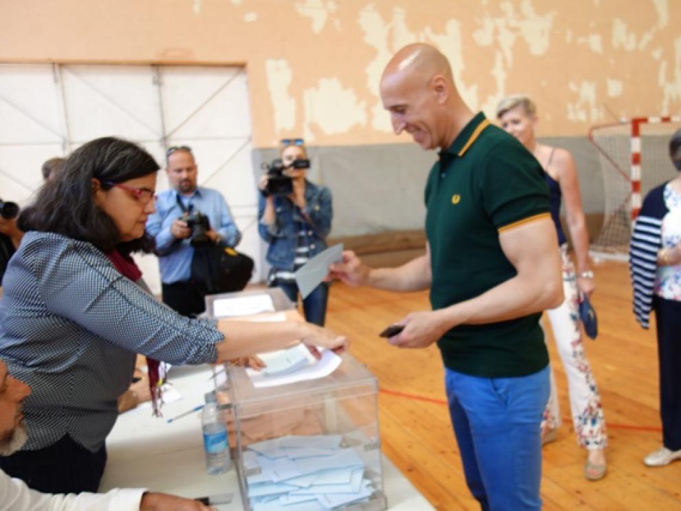 El socialista José Antonio Diez emitiendo su voto.