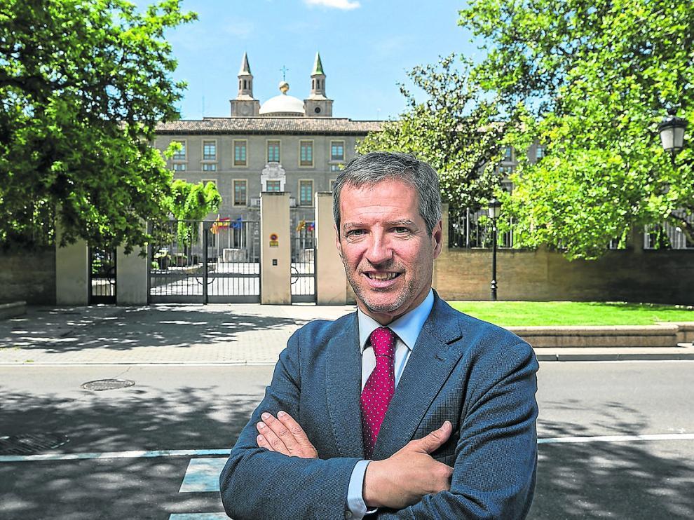Pérez Calvo, frente a las puertas del edificio del Pignatelli, sede de la DGA.