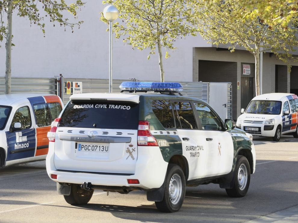 Un vehículo de la Guardia Civil de Huesca camino del Palacio de Justicia.
