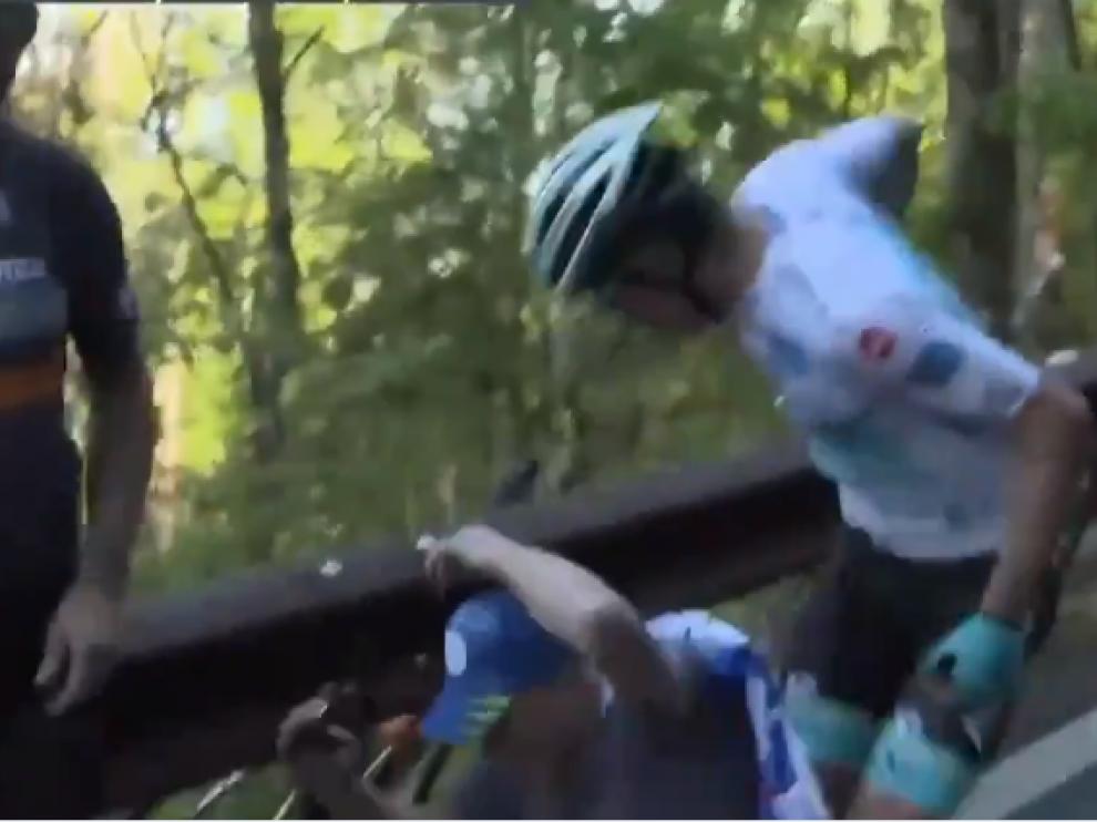 Momento en el que el ciclista perdió los nervios