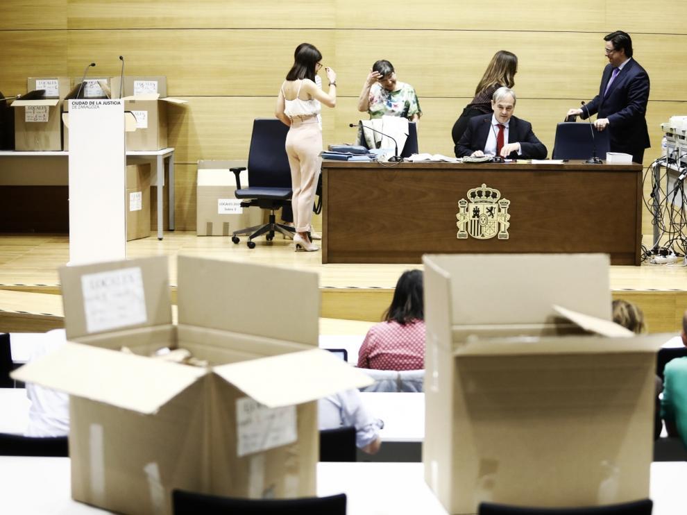 Los representantes de la Junta Electoral de Zona y los partidos, ayer en la Ciudad de la Justicia