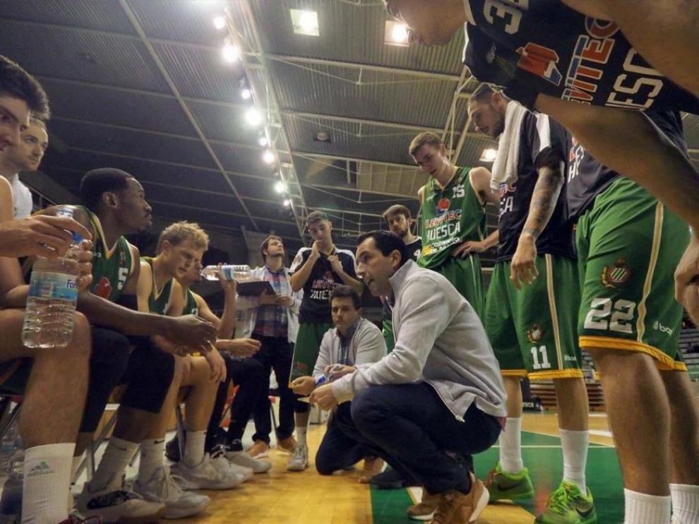 Guillermo Arenas, técnico del Levitec Huesca, da instrucciones a sus jugadores.