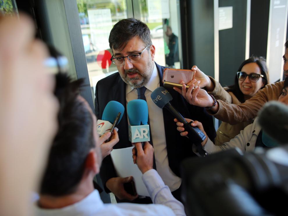 El nuevo consejero delegado, Manuel Torres, atiende a los medios en el Palacio de Justicia.