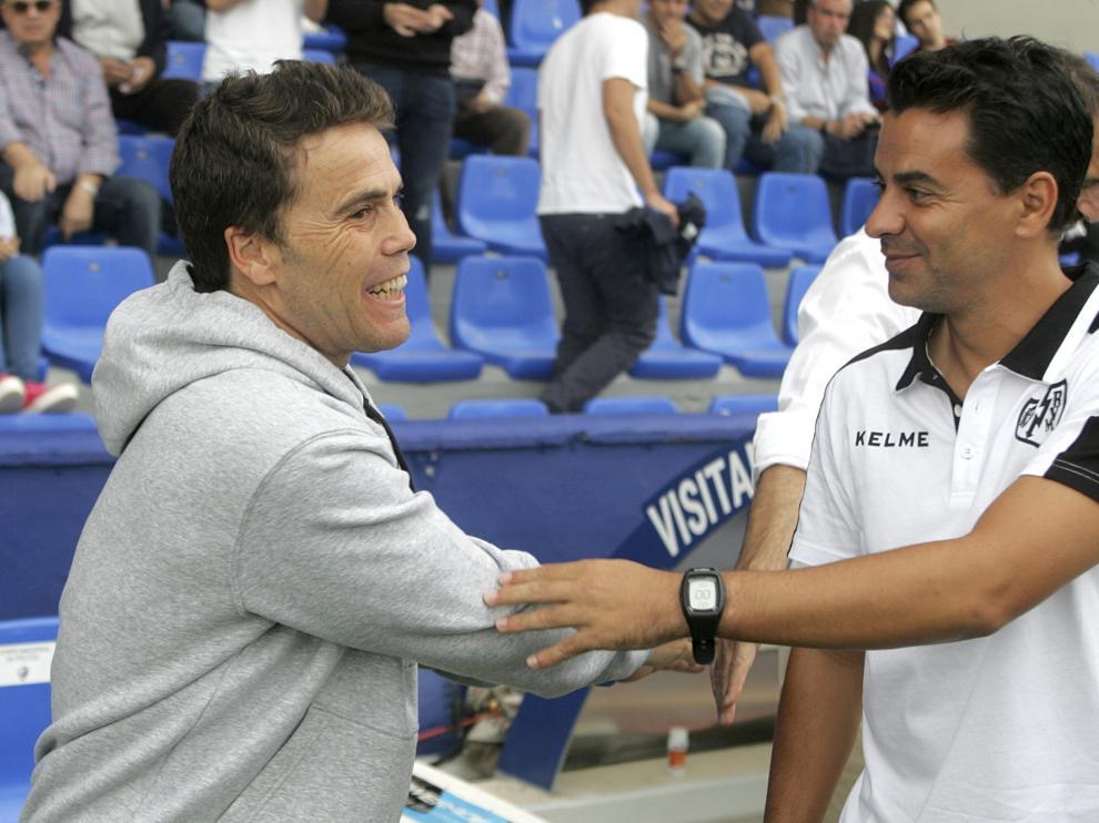 Rubi y Míchel Sánchez se saludan en la visita del Rayo Vallecano a El Alcoraz en la 2017-18.