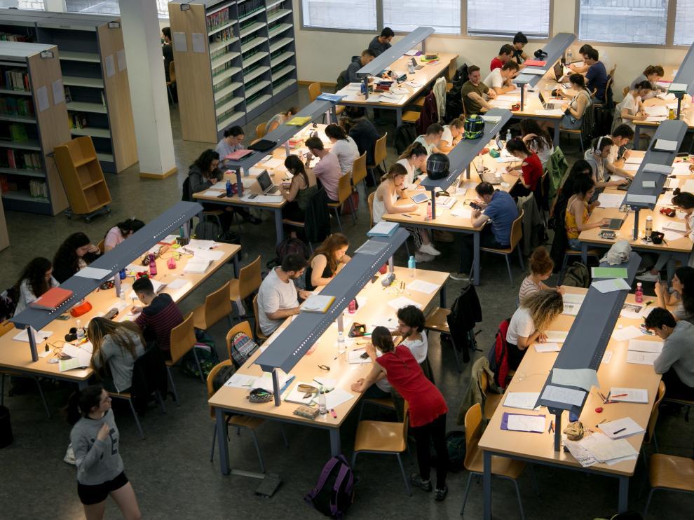 Muchos de los jóvenes que han llenado estos días la biblioteca María Moliner preparaban sus exámenes de la Evau.
