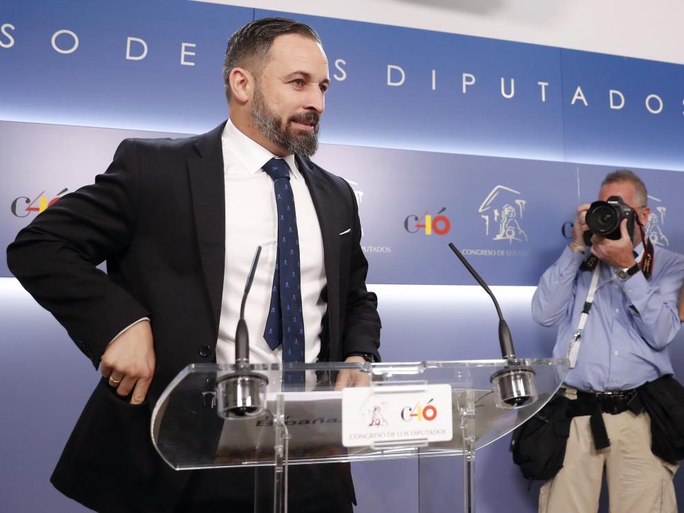 El líder de Vox, Santiago Abascal, atiende a los medios en el Congreso.