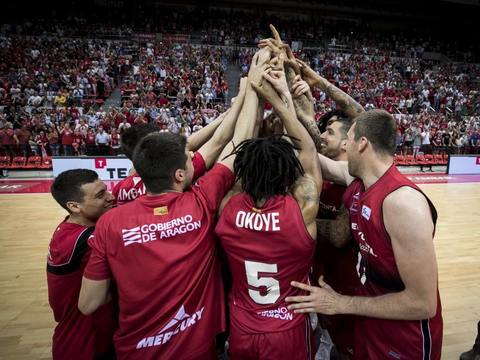 Los jugadores del Tecnyconta Zaragoza celebran el triunfo ante el Baskonia, en el segundo partido de la eliminatoria.