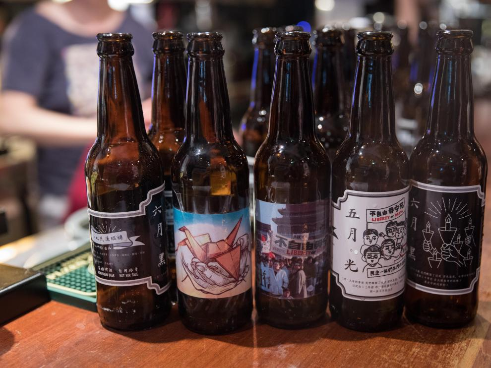 HONG KONG TIANANMEN BEER-01. Hong Kong (China), 01/06/2019.- Bottles of 'Tiananmen' beer from a local brewery are displayed on the bar table at Club 71 in Hong Kong, China, 01 June 2019 (issued 03 June 2019). The beer features some labels identical to slogans written buy the students during the 1989 Tiananmen Square protest. The proceeds of the beer sale go to the Tiananmen Mothers, a group of Chinese democracy activists promoting a change in Beijing' s position over the suppression of the Tiananmen Square protests of 1989. On 04 June thousands of people in Hong Kong will join the annual candlelit vigil commemorating the 1989 Tiananmen Square protest crackdown. (Protestas, Estados Unidos) EFE/EPA/JEROME FAVRE Tianamen beer at a Hong Kong bar
