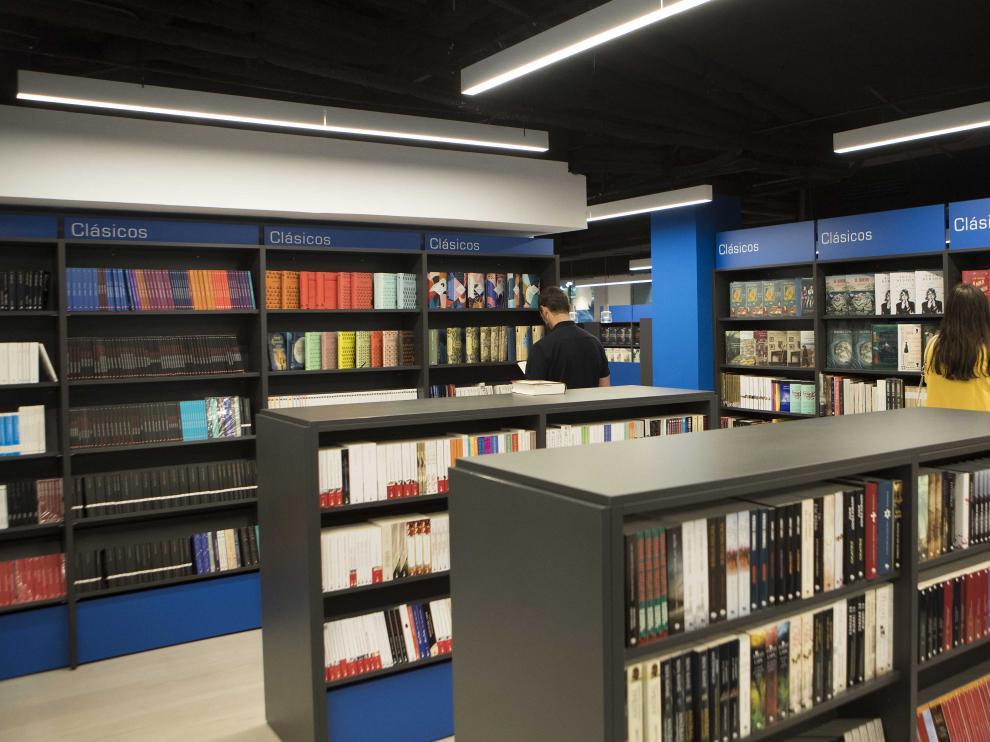 La librería más antigua de Zaragoza se ha mudado a la plaza de Aragón.