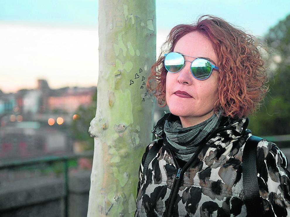 Mari Carmen Torres y, al fondo, el casco histórico de la ciudad de Teruel.