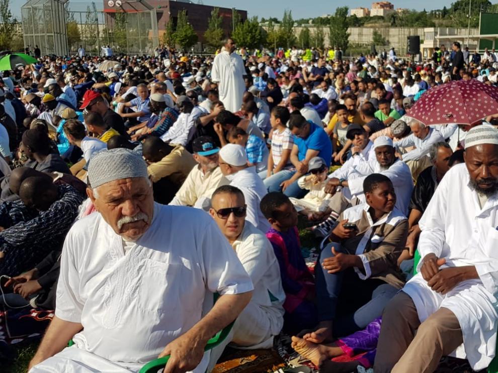 Alrededor de 4.000 musulmanes han celebrado esta mañana la fiesta del Ramadán en el polideportivo de la Granja.