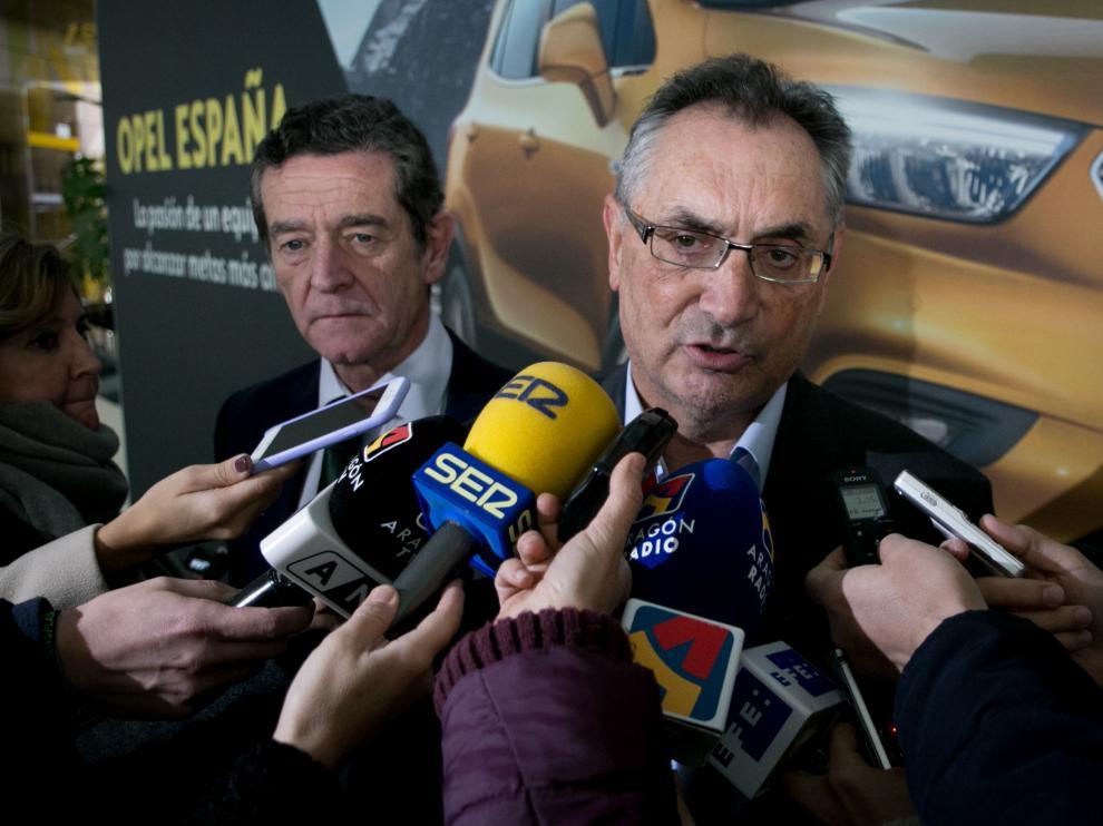 Imagen de archivo en la que aparece Antonio Cobo, el que fuera hasta hace un año director de la planta de Opel Figueruelas, junto a Mario Armero, vicepresidente de Anfac