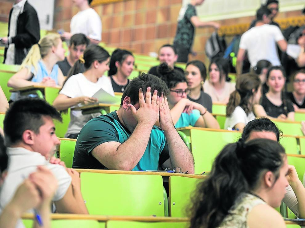 Los estudiantes, en el aula, con nervios minutos antes de empezar las pruebas.