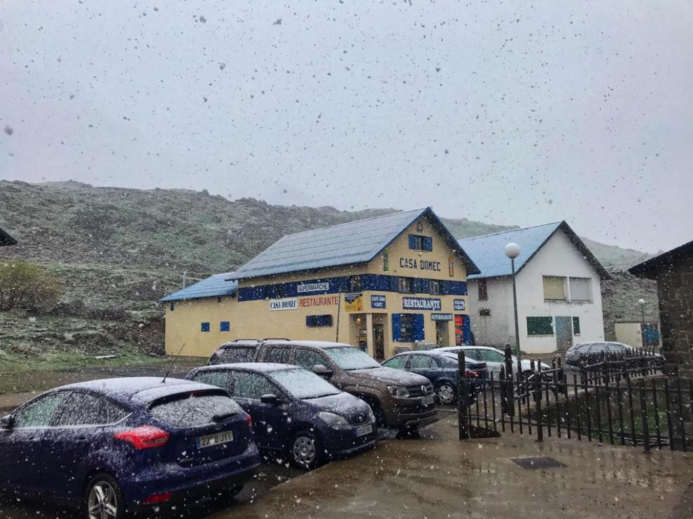 En la frontera del Portalet han caído copos de nieve este mediodía.