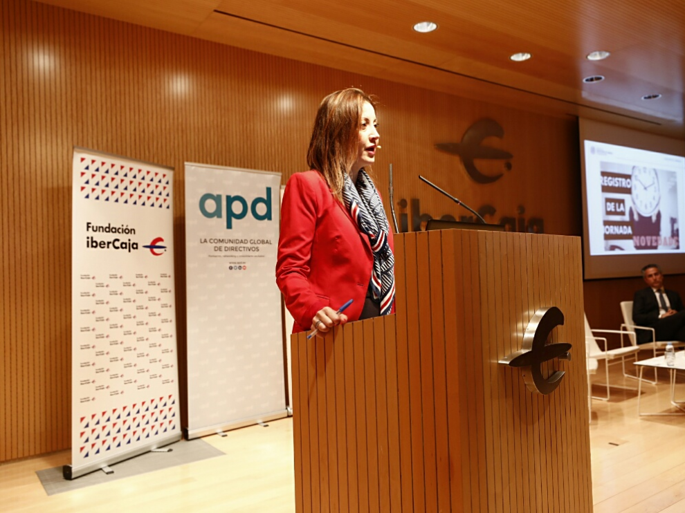 La inspectora de Trabajo Ana Ercoreca de la Cruz, en la jornada de APD celebrada hoy en Ibercaja, en colaboración con Deloitte