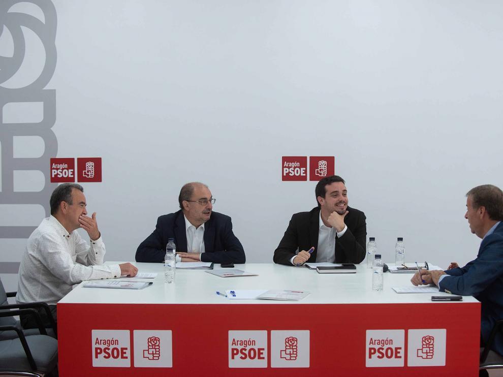 Javier Lambán, segundo por la izquierda, ha acudido este jueves a la reunión de la comisión negociadora del PSOE-Aragón.
