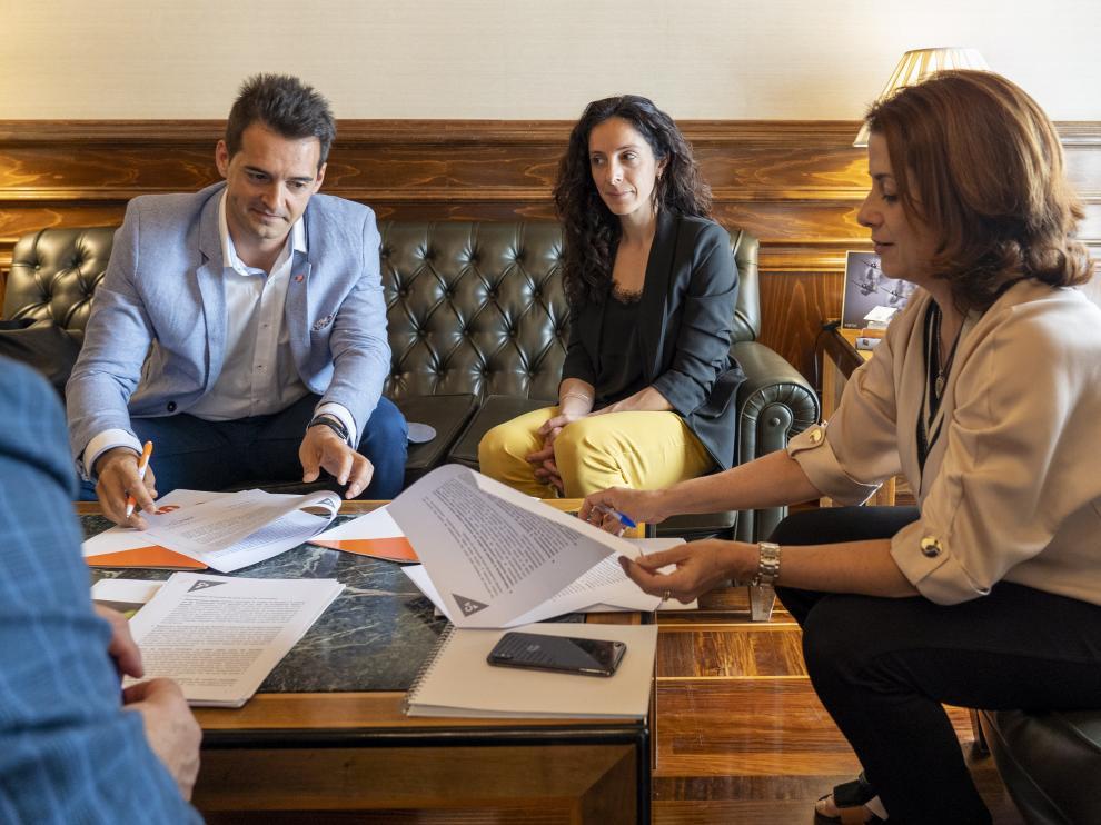 Emma Buj, del PP, y Ramón Fuertes, de Ciudadanos, firman el decálogo de medidas generales propuesto por los naranjas.