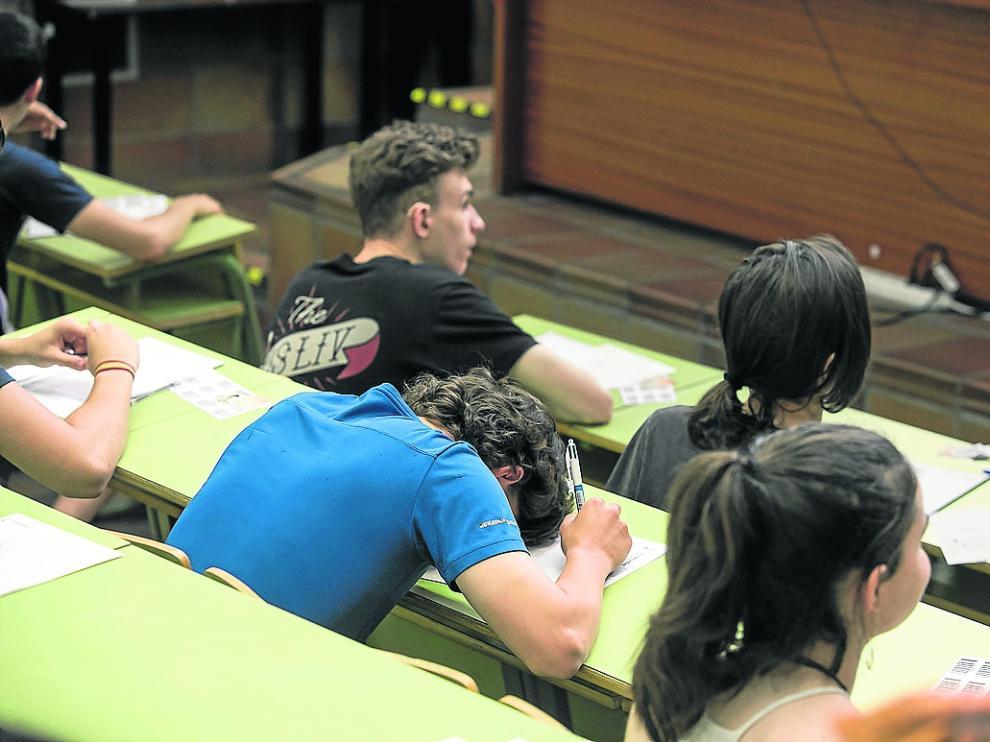 Un alumno espera con nervios el inicio del examen de la Evau. Este jueves finalizan las pruebas.