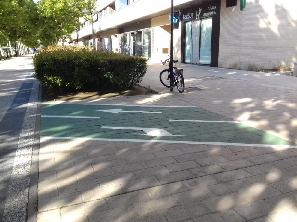 Nuevo mini tramo de carril bici en la avenida Puente del Pilar.