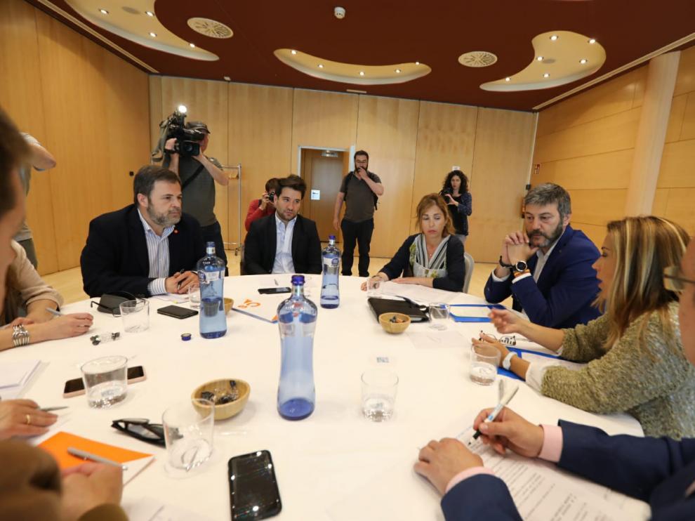 Los representantes de PP y Ciudadanos en la mesa de negociación.