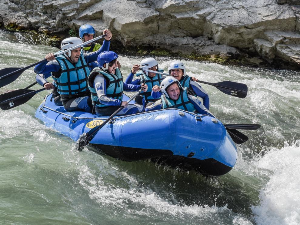 El descenso en rafting ofrece emoción y altas dosis de adrenalina, y su estabilidad lo hace apto para el público más familiar.
