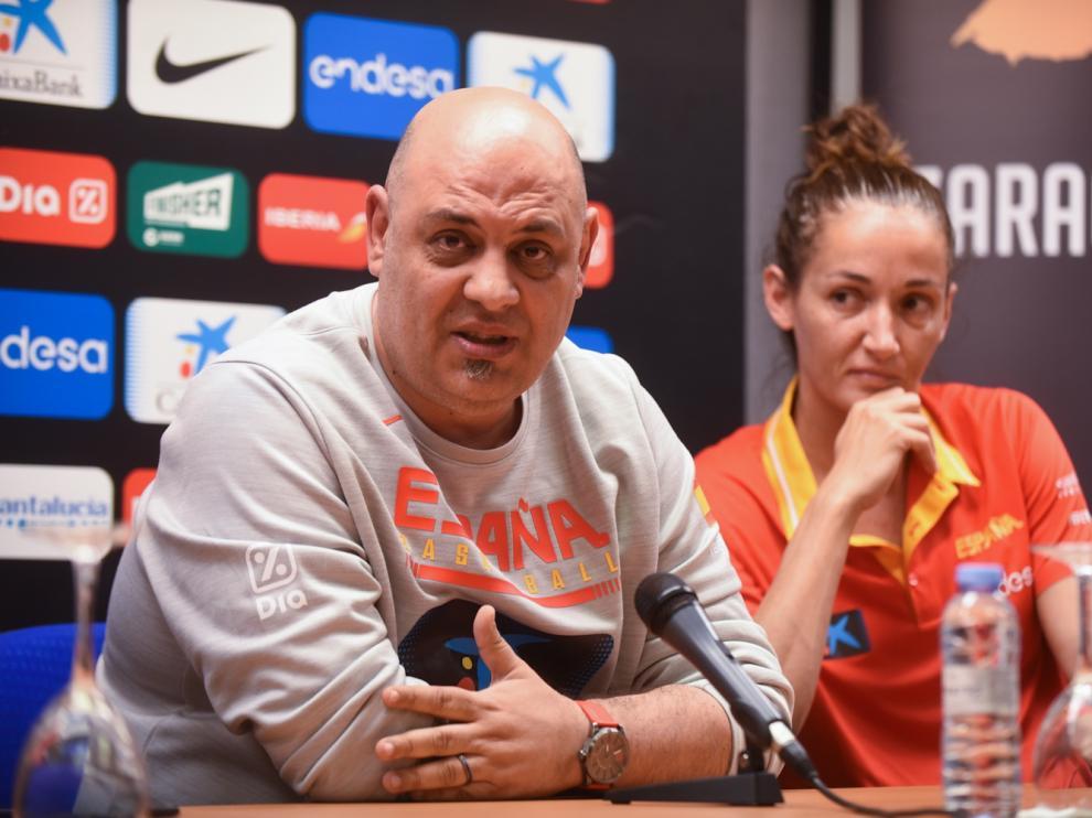 Rueda de prensa en Zaragoza del entrenador de la selección española de baloncesto femenino, Lucas Mondelo, y la capitana, Laia Palau.