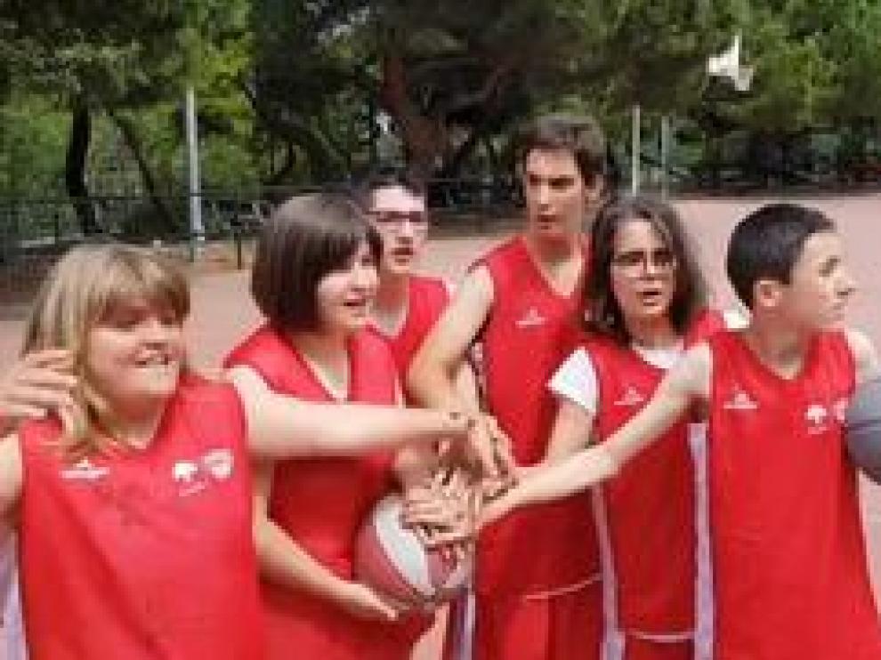 Los integrantes de la Escuela de Baloncesto Adaptado Fundación Baskete Zaragoza Atades han preparado un emotivo vídeos para apoyar al equipo aragonés en las semifinales de la ACB