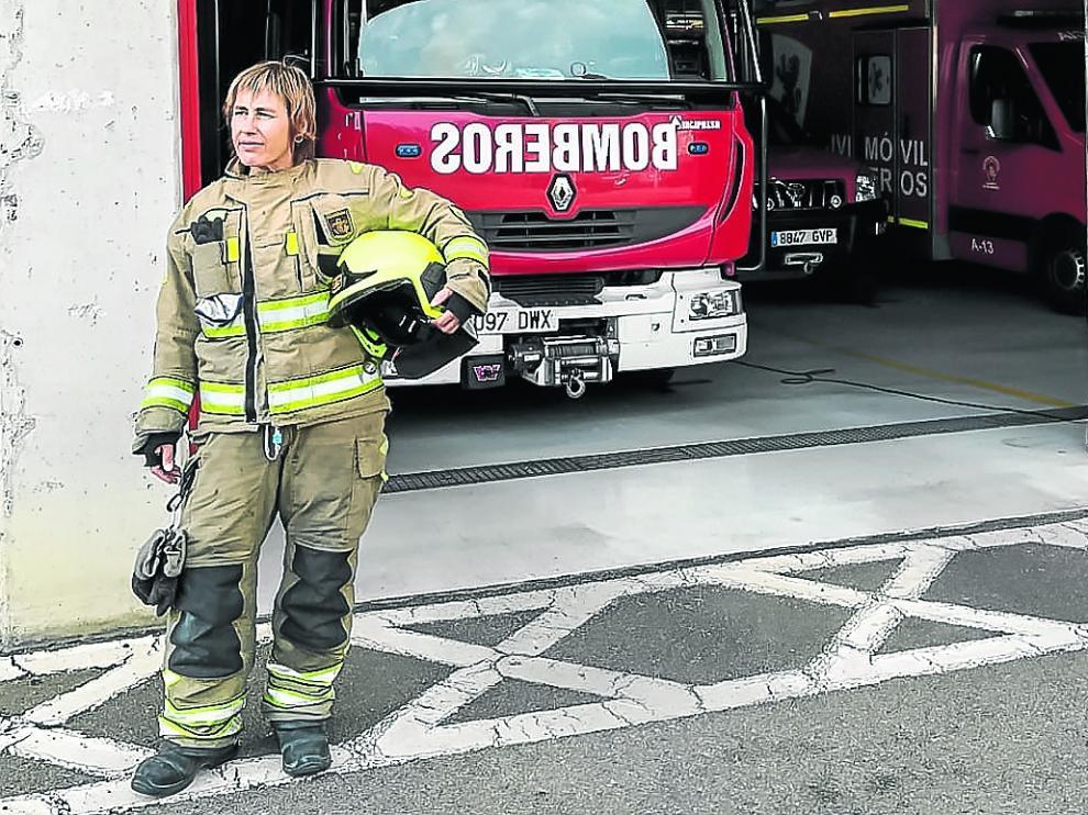 Ujue Sarraseca, una de las pocas bomberas en la plantilla de Zaragoza, a las puertas del Parque 1.