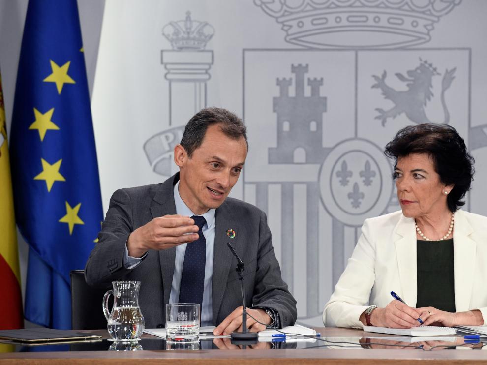 Isabel Celaá, junto a Pedro Duque, en la rueda de prensa posterior al Consejo de Ministros.