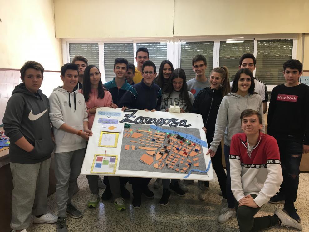 Los alumnos muestran la maqueta de rutas para conocer la ciudad