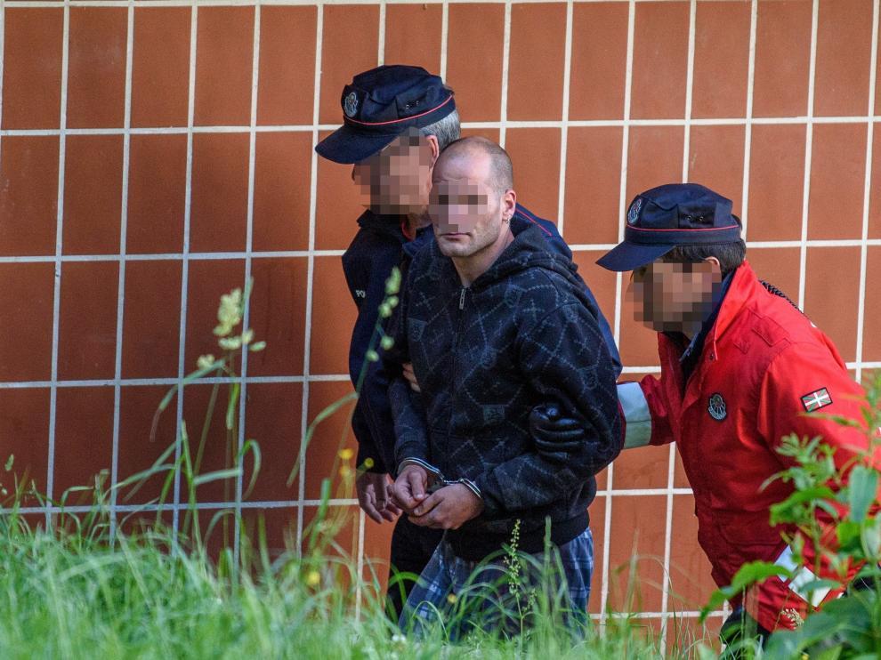 El detenido por la muerte de la pareja de su madre en Galdákano abandona el lugar del crimen tras la inspección policial